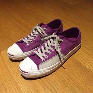 Converse Skate Skor i storlek 43. Använda tre gånger men säljer pga för liten storlek. Gjorda för skating men funkar exakt lika bra som vanliga skor. Orginalpris 849 kr.
