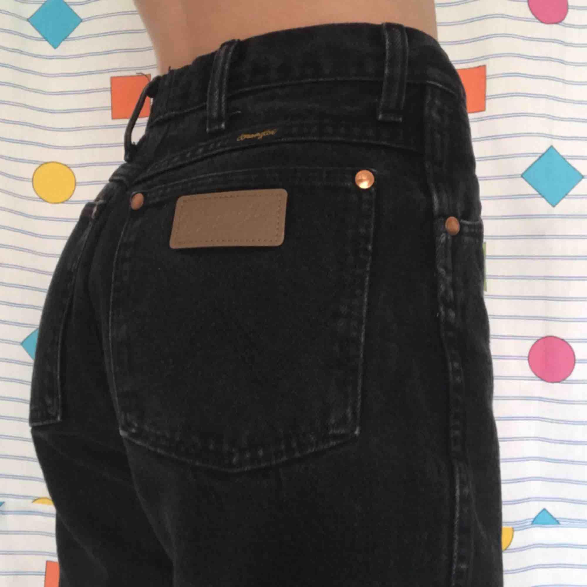 ❗️REA❗️NEDSATTA FRÅN 400kr TILL 199kr 😍 Skitsnygga ♻️vintage♻️ Wrangler jeans 🖤 De har slitningar i knäna och avklippta längst ned. 90-tals dröm‼️ Frakt på 72kr 📨. Jeans & Byxor.