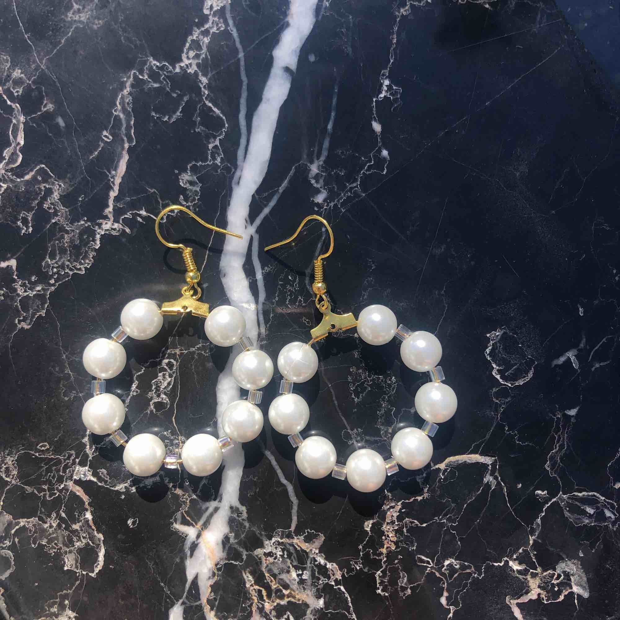 Helt nya, oanvända örhängen. Äkta glaspärlor 🌞 5 kr frakt. Accessoarer.