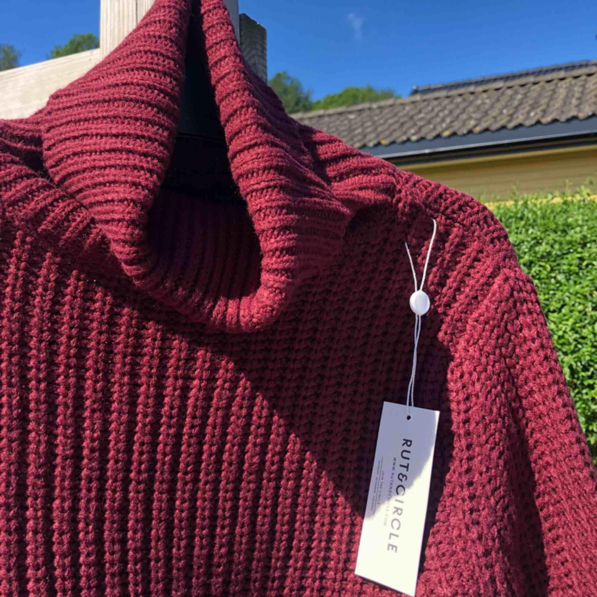 Oanvänd stickad tröja från Rut&Circle, säljer då den inte har kommit till användning, prislapp kvar!. Tröjor & Koftor.