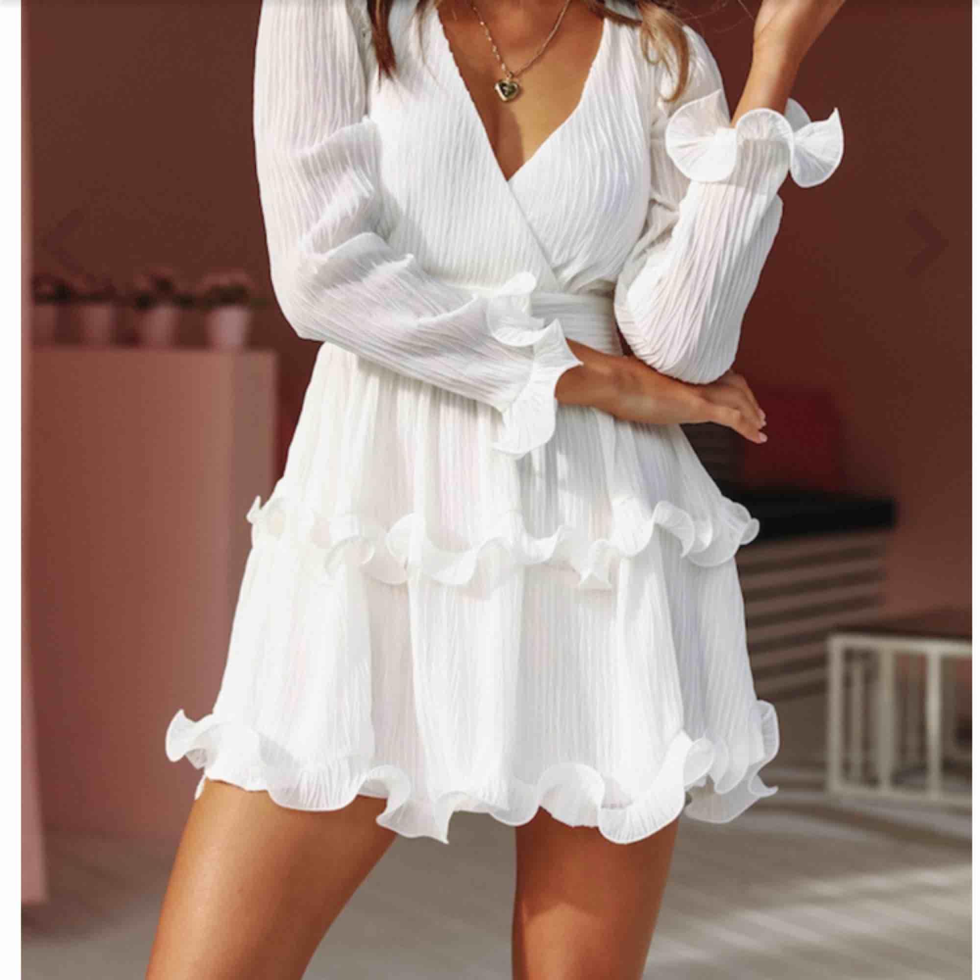 Helt oanvänd klänning från DMretro i storlek M! Säljer eftersom jag inte hann returnera den i tid. Nypris 799. Klänningar.