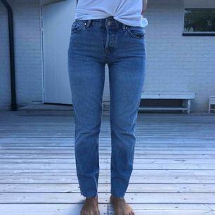 Vanliga enkla jeans i ljus tvätt som aldrig har kommit till användning, från märket Karve,