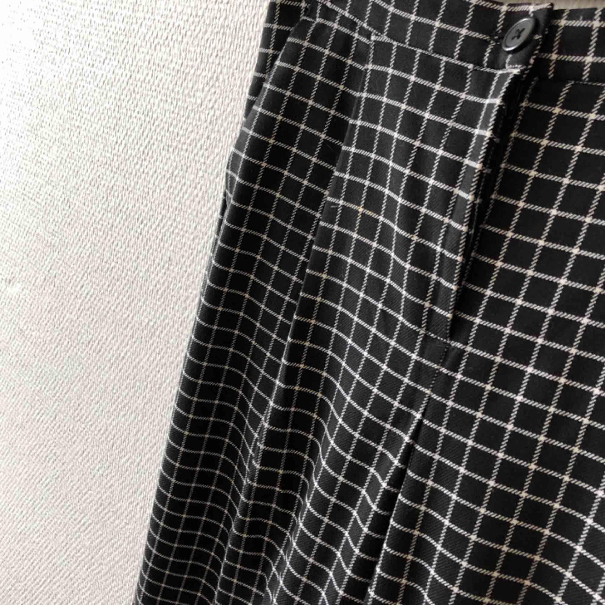 Superfina kostymbyxor/gubbyxor i rutigt, trendiga & passar till allt | • Monki • Storlek 34, true to size • Polyester, viskos & elastan • Köpta 2hand & knappt använda, fint skick • + Frakt 59kr . Jeans & Byxor.