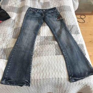 Bootcut jeans med broderi kolla på bilden  Hämta i Gbg Majorna eller skicka för 63kr