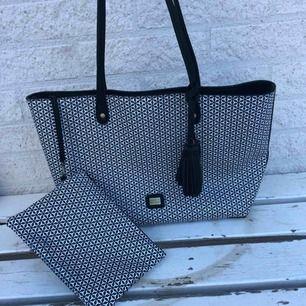Oanvänd väska från Pipol's bazaar, portmonnän kan säljas enskilt för ett rimligt  pris
