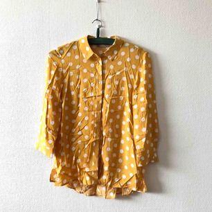 Här har du en skjorta/blus du blir ensam om! Vacker & fångar många blickar, tunn & sval | • Orsay • Storlek 34, passar även 36 • 100% viskos • Använd en gång, som ny! Superfint skick • + Frakt 59kr
