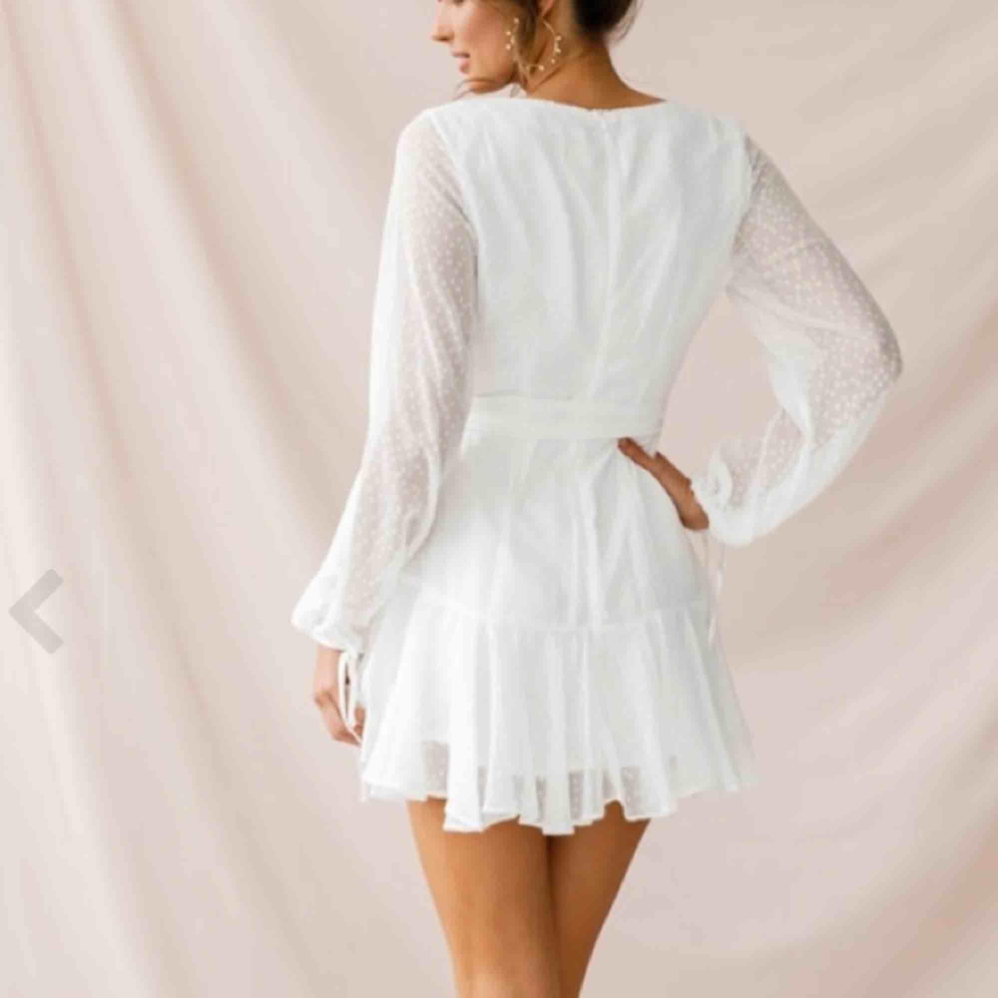 Helt ny klänning från DMretro i storlek s. Säljs eftersom jag inte returnerade i tid. Fler bilder kan skickas om så önskas! Nypris 799. Klänningar.