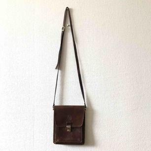 Fin vintage väska för livets alla äventyr, härlig platina & många fack + ett baktill med blixtlås | • Se bild 3 för märke • Mått fås på begäran • Högst troligen äkta skinn/läder • + Frakt 63kr spårbart