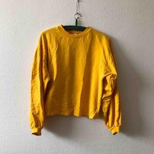 Härligaste tröjan med breda ballongärmar & vackraste nyansen av gul | • Nelly Trend • Storlek S men boxig så passar även M • 100% bomull • Köpt 2hand, superfint skick förutom två små hål (bild 3) • + Frakt 63kr spårbart