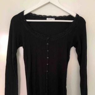 långärmad svart tröja med spets och knappar framtill, köpt på second hand. går att hämta upp och frakta (du som köpare står för frakten). 🥰