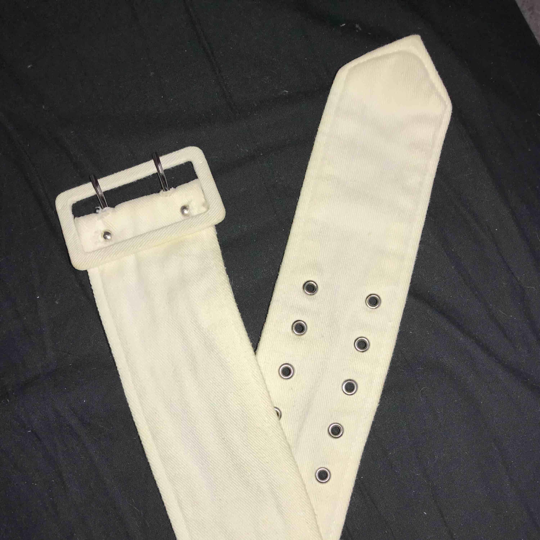 Brett vitt skärp med dubbelknäppe. Jättecoolt och kan stylas med mycket! Säljer pga aldrig använder.. Accessoarer.