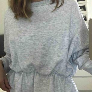 """Ljusgrå sweatshirt med lite """"kjol"""" nedtill. Supermysig och superball. Går att styla till mycket. Använd ca 2 ggr. Frakt tillkommer"""