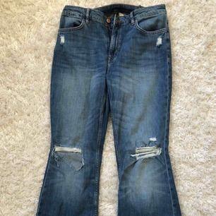 sköna bootcut jeans från H&M med slitningar på knäna. midjan är insydd och bakfickorna upphöjda. går att hämta upp och frakta (du som köpare står för frakten på 54 kr). 🥰