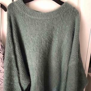 """Liten i storleken och kortare modell. """"Stickad tröja"""" i ett tunt luftigt material. Frakt tillkommer. Aldrig använd."""