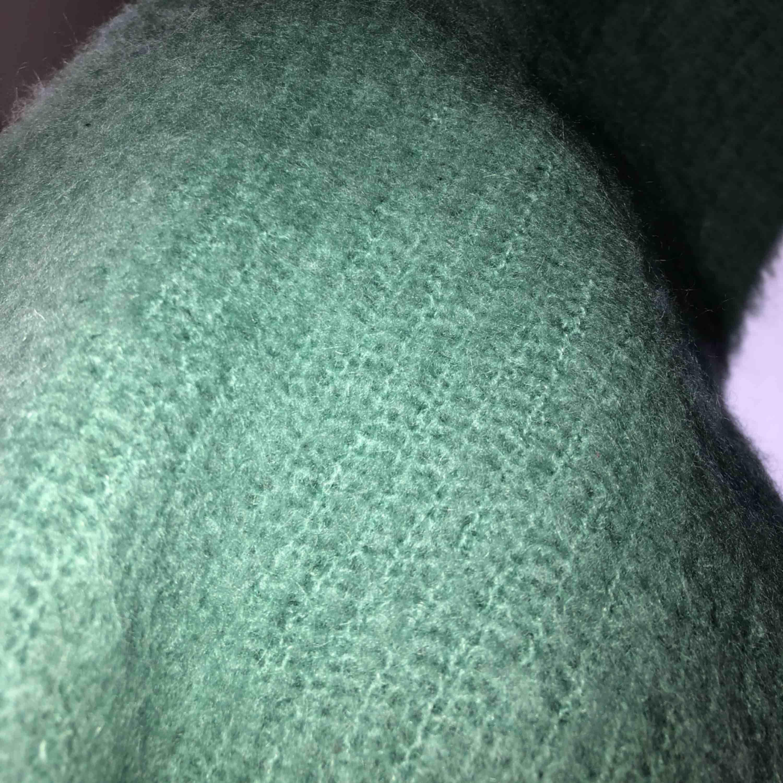 """Liten i storleken och kortare modell. """"Stickad tröja"""" i ett tunt luftigt material. Frakt tillkommer. Aldrig använd.. Huvtröjor & Träningströjor."""