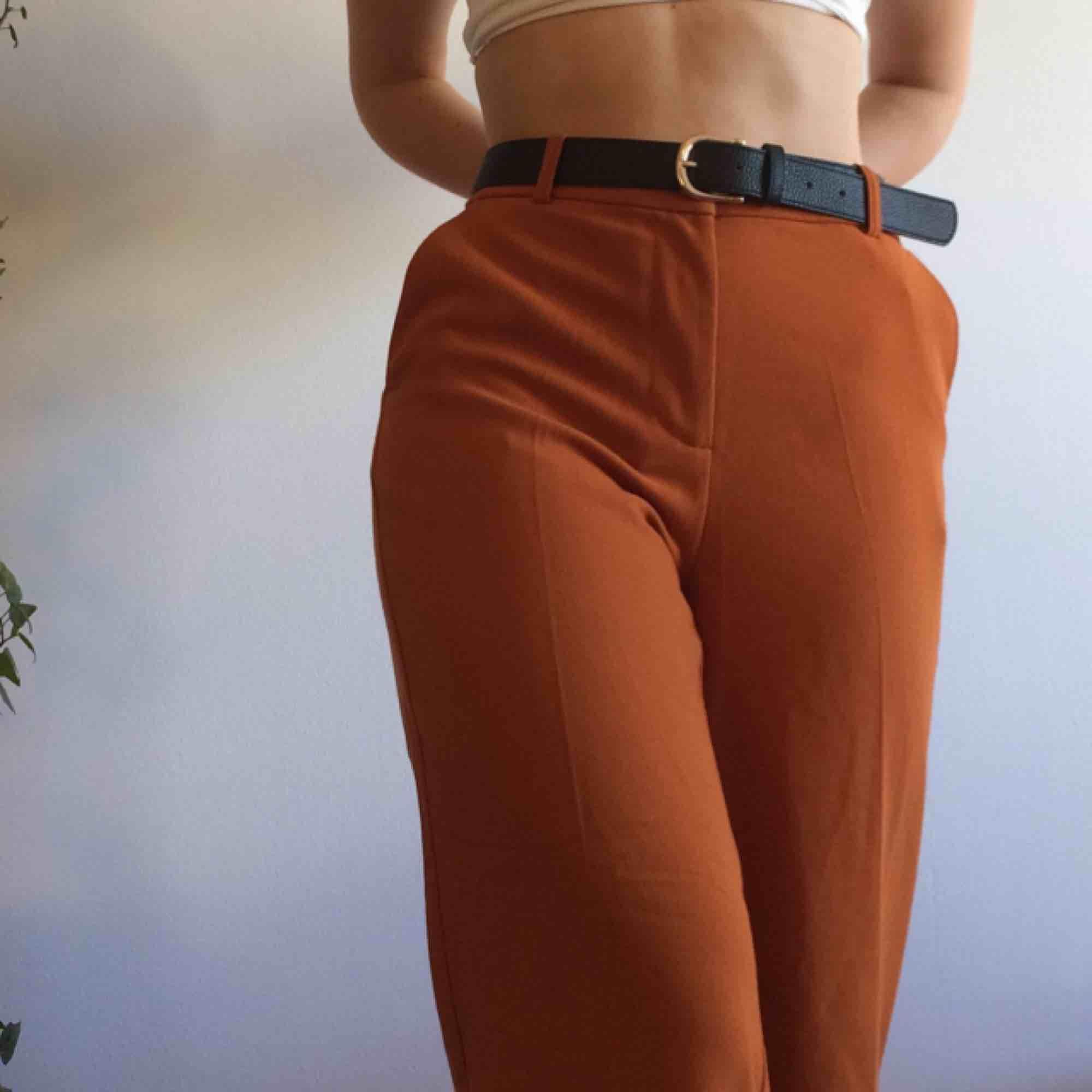 Tunna vida byxor från Monki. Supersköna, endast använda ett fåtal gånger. Passar mig (S) med skärp men skulle tro att de passar både S och M. FRAKT INGÅR I PRISET! . Jeans & Byxor.