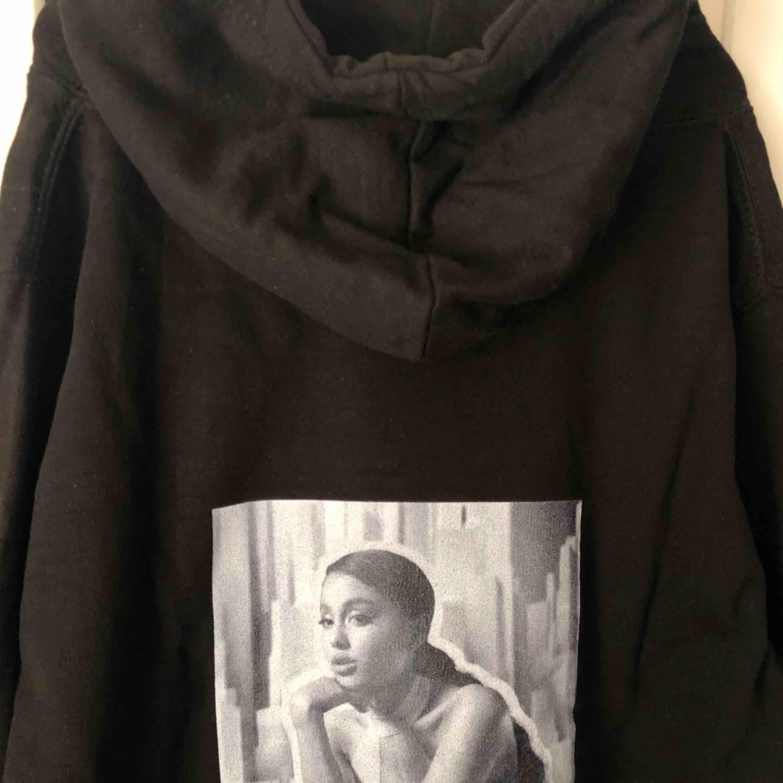Unik hoodie med Ariana Grande tryck. Special beställd, säljer pga fel storlek. Frakt tillkommer.. Huvtröjor & Träningströjor.