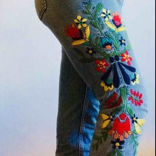 Coola lågmidjade jeans i icke-stretch denim. Broderier på båda benen. Är något för små för mig som har ca 25-26 i midjan. Storleken är 32 men känns mer som 34. FRAKT INGÅR I PRISET!