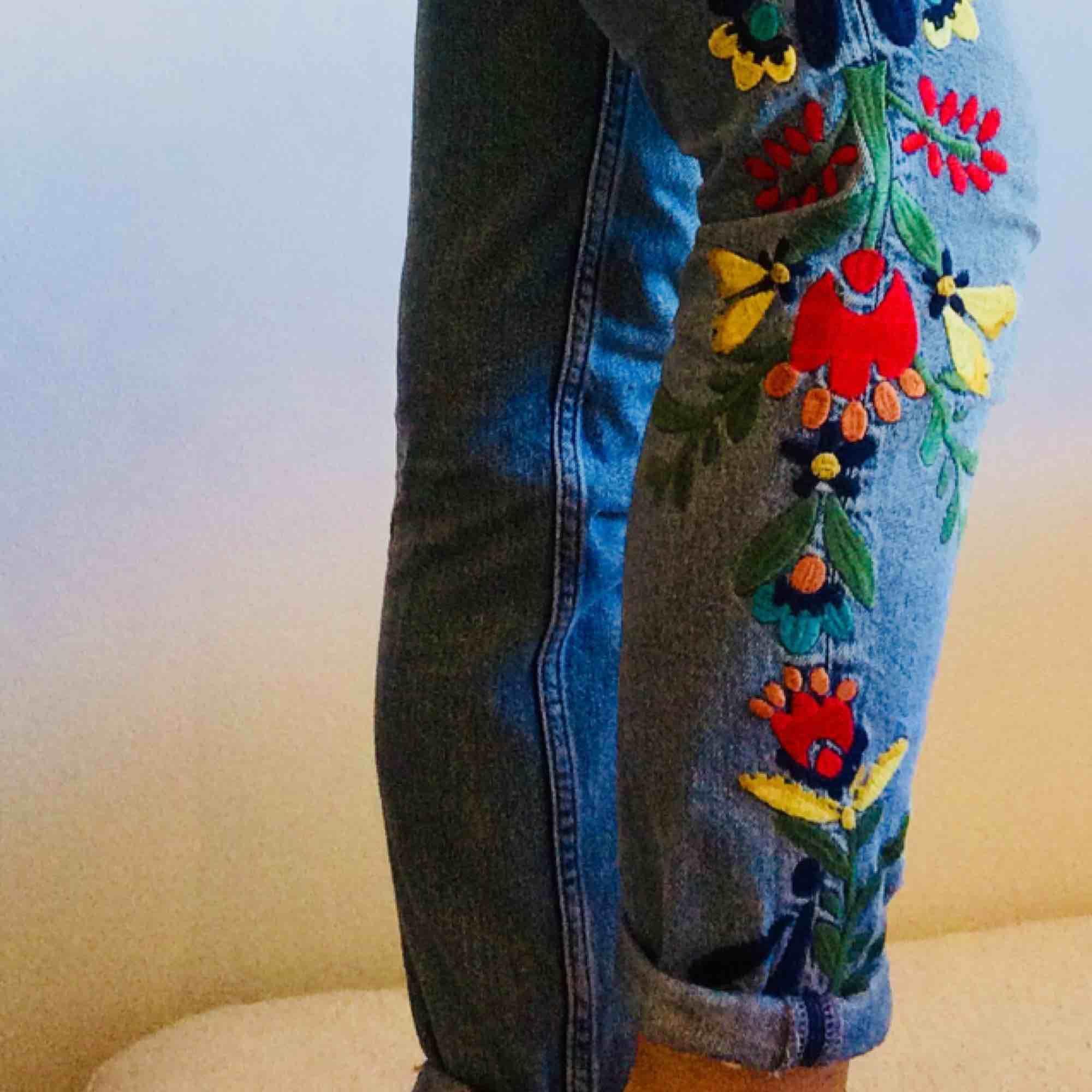 Coola lågmidjade jeans i icke-stretch denim. Broderier på båda benen. Är något för små för mig som har ca 25-26 i midjan. Storleken är 32 men känns mer som 34. FRAKT INGÅR I PRISET!. Jeans & Byxor.