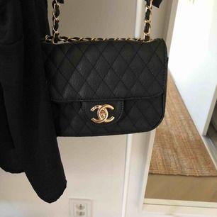 Chanelväska guld och svarta detaljer💋 Väskan är i bästa skick 🔥