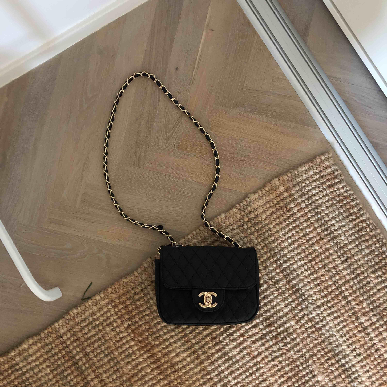 Chanelväska guld och svarta detaljer💋 Väskan är i bästa skick 🔥. Väskor.