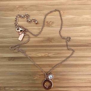 Kate Spade halsband i rosé guld, fick den i present men har inte kommit till användning! Frakten är inräknat i priset! 💕 pris kan diskuteras!