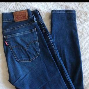Modell: 710    Storlek: 26  Säljer ett par Levis jeans då jag har två par fast olika färger. Bild nummer 2 är på mina andra som är exakt likadana fast annan färg💞 Kan mötas upp i Malmö men annars står köparen för frakt!
