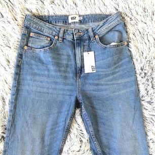 Jeans med hög midja och tight passform. Storlek L men passar nog en M bättre. Aldrig använda. Originalpris 300kr.  FRAKT INGÅR ALLTID, JAG TAR BARA SWISH!