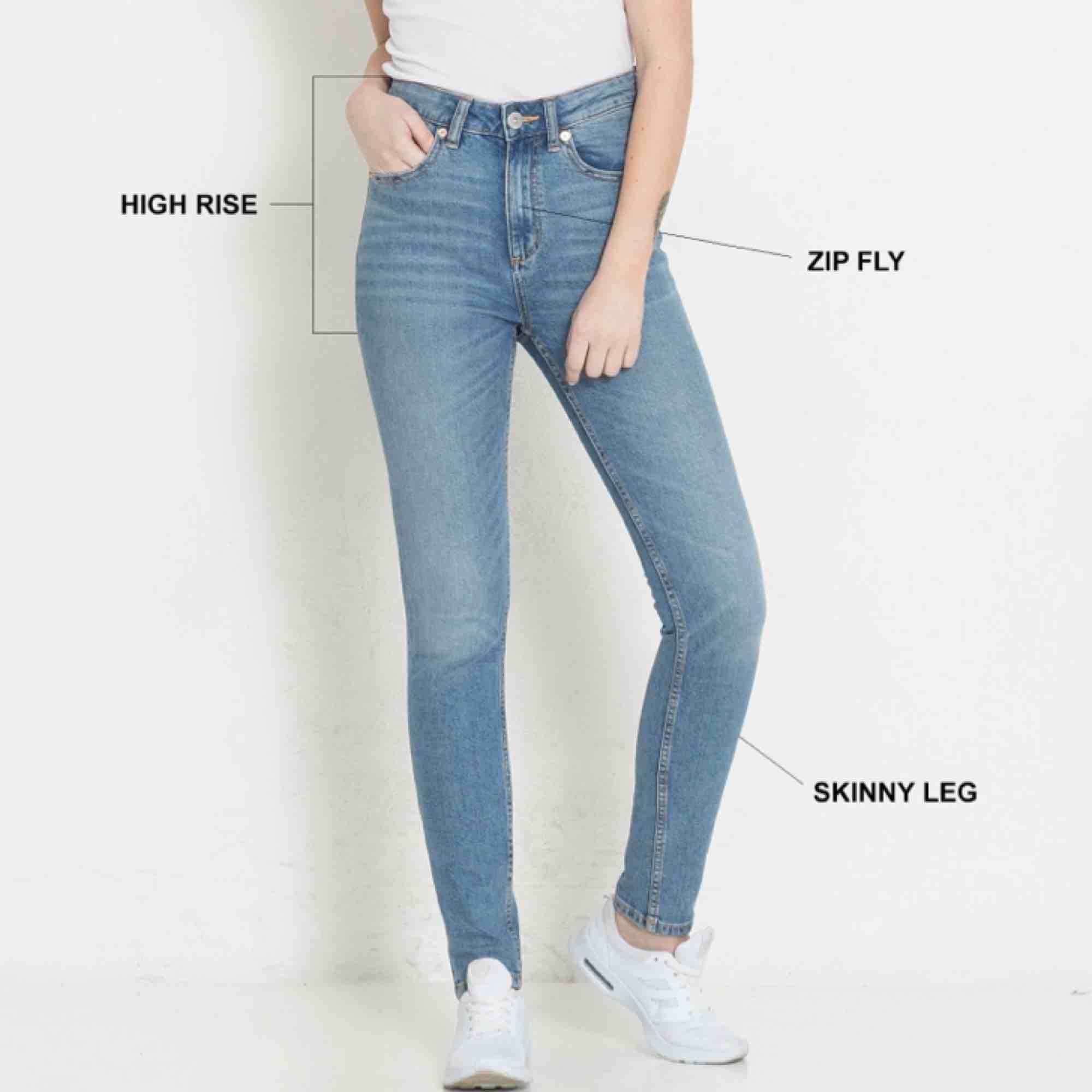 Jeans med hög midja och tight passform. Storlek L men passar nog en M bättre. Aldrig använda. Originalpris 300kr.  FRAKT INGÅR ALLTID, JAG TAR BARA SWISH! . Jeans & Byxor.