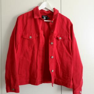 Röd jeansjacka från Boohoo i väldigt bra skick! Skulle säga att storleken är mer som M. I priset ingår frakt 🌻