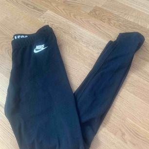 Jättefina tights från Nike som jag tyvärr inte längre använder. Köparen står för frakten, kontakta mig för fler frågor 🥰🤗