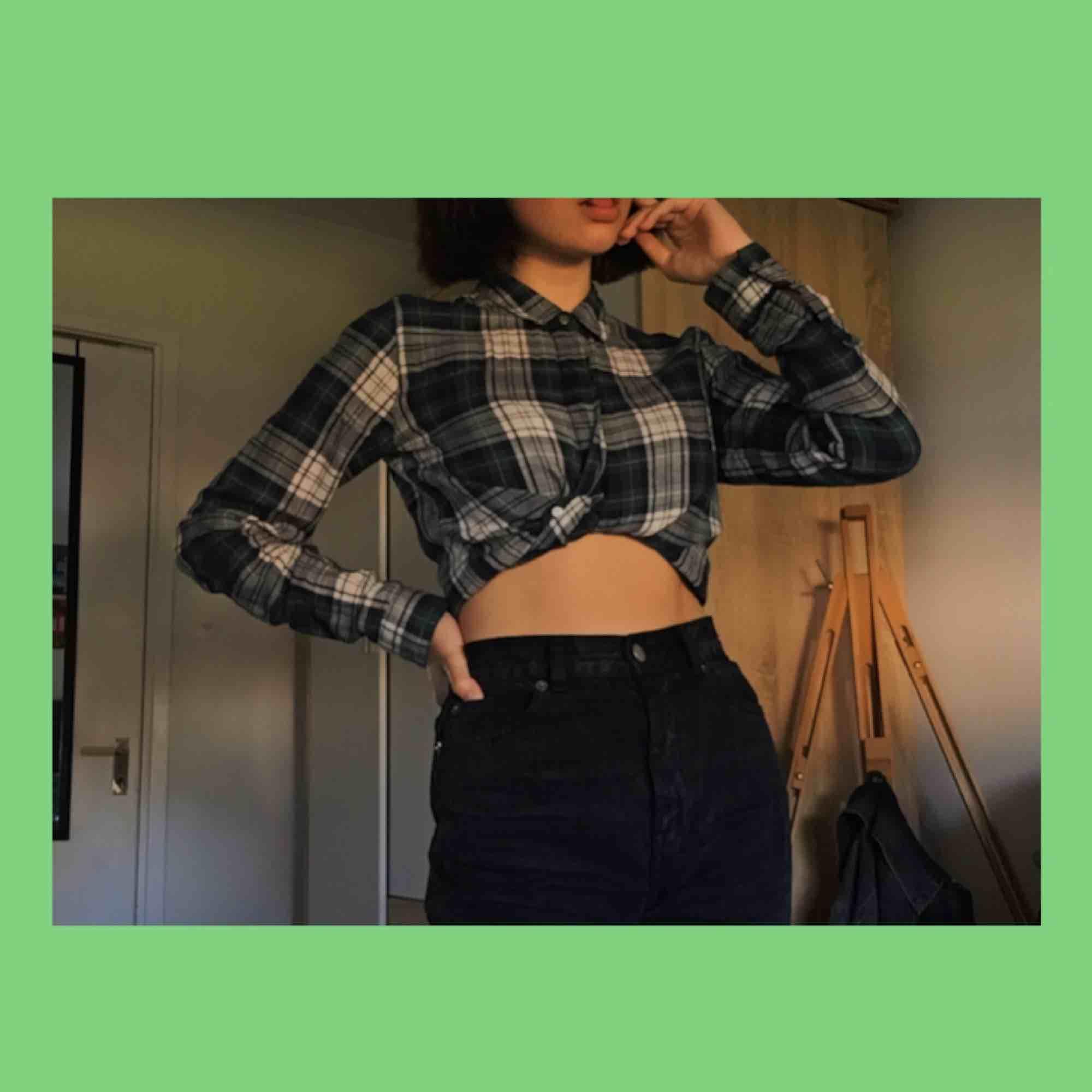 riktigt snygg lite croppad skjorta dom tyvärr är lite för liten för mig så måste därför sälja den :( den är från gina tricot och är använd, men har inga skador. Frakt är inräknad!. Skjortor.