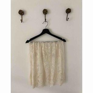 Vit spets kjol från Urban Outfitters. Använd men i bra skick! Storlek: XS. Pris: 125:- 🦋