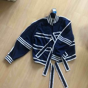 Helt ny och oanvänd Jo Won Choi - Adidas tröja. Från den limiterade kollektionen. Kan mötas eller frakta mot betalning. (63 kr)