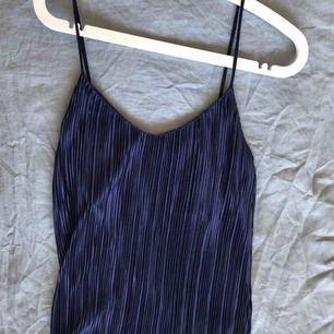 Midnattsblått, plisserat linne från H&M. Endast använt en gång och såå fint på!