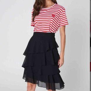 Helt oanvänd super fin volang kjol från Na-kd Storlek 36  Frakt 42 kr🌸