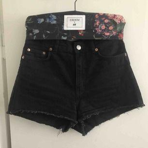 Korta svarta jeansshorts med hög midja från monki 💫