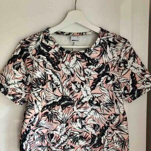 Snygg mönstrad t-shirt i kraftigare material. 80 kr + frakt 🌸