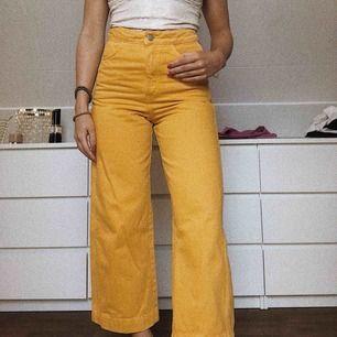 Apelsingula straight-leg fit jeans från weekday. Använda 1 gång & säljes pga lite små i storleken. 🦋🌻