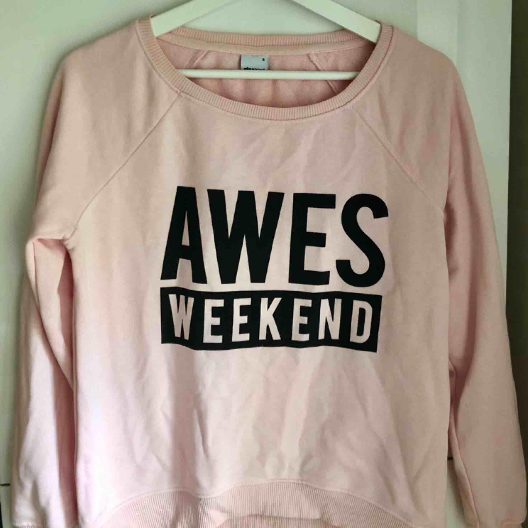 En ljusrosa sweatshirt med svart tryck.  80 kr + frakt. 🌸. Tröjor & Koftor.