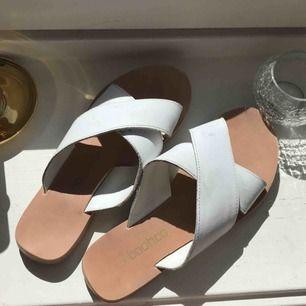 Tofflor från boohoo med vita korsande läderband över. Egentligen strl 37 men passar mer som strl 36. Använda max 2 ggr, säljer då dem är för små. Köparen betalar frakt❣️