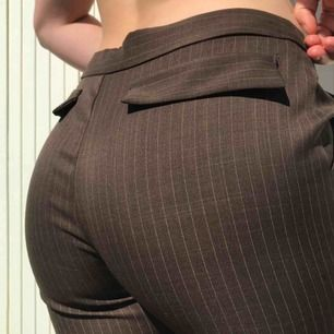 balla byxor som är lite vintage!! De går ut vid benen och har ränder. Dem är någon cm långa på mig som är 1,65 och det slutar på naveln. Passar för vardag men även uppklätt! kan frakta eller mötas upp i Uppsala.  Frakt ingår☺️