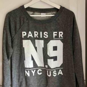 Mörkgrå sweatshirt med vitt tryck.  70 kr + frakt. 🌸