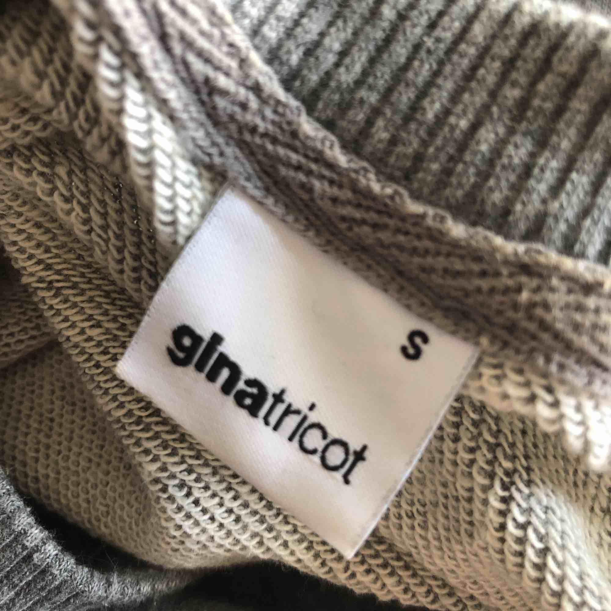 Mörkgrå sweatshirt med vitt tryck.  70 kr + frakt. 🌸. Tröjor & Koftor.