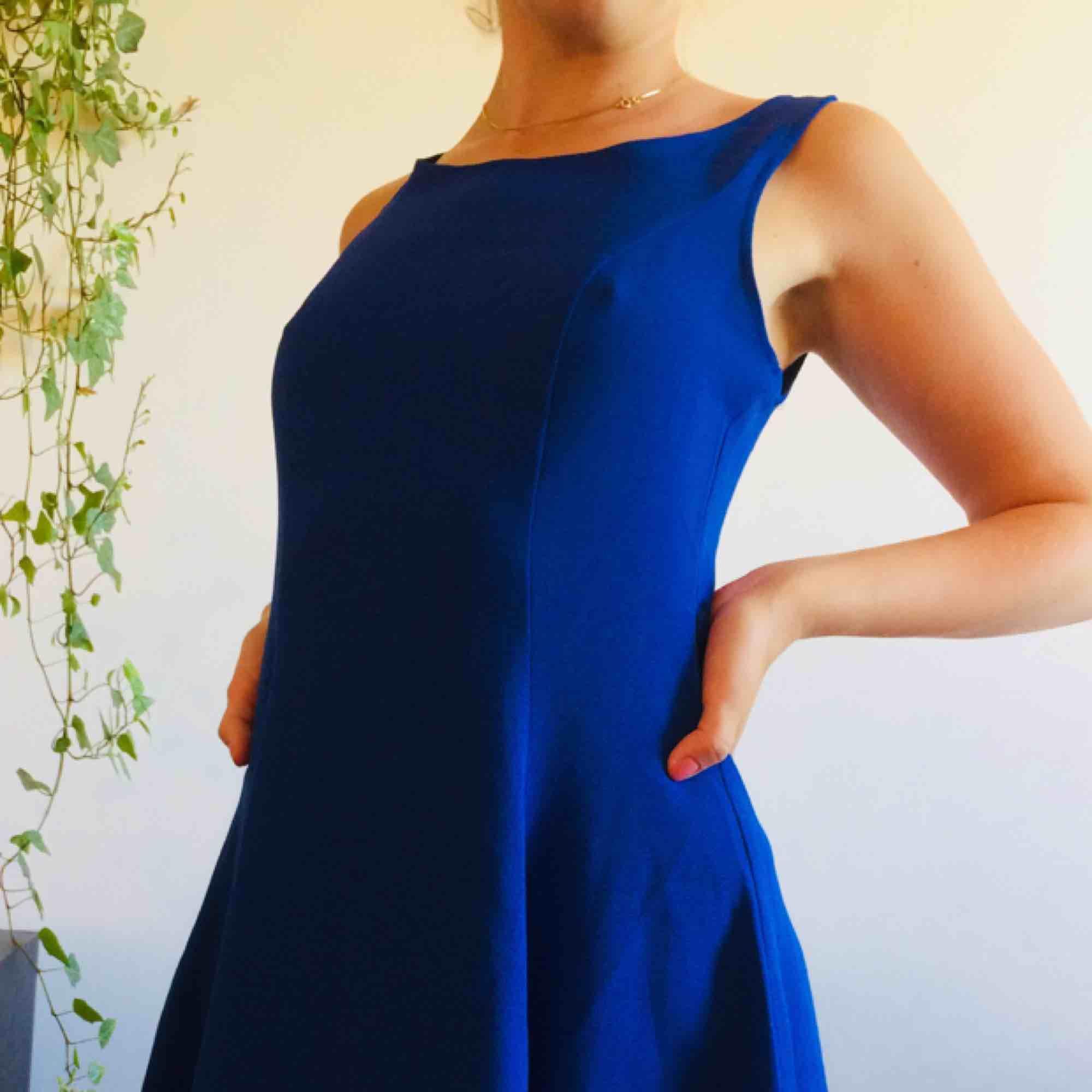 Blå klänning i tunt men icke-genomskinligt tyg. Slutar mitt på låret på mig som är 157 cm. FRAKT INGÅR I PRISET!. Klänningar.