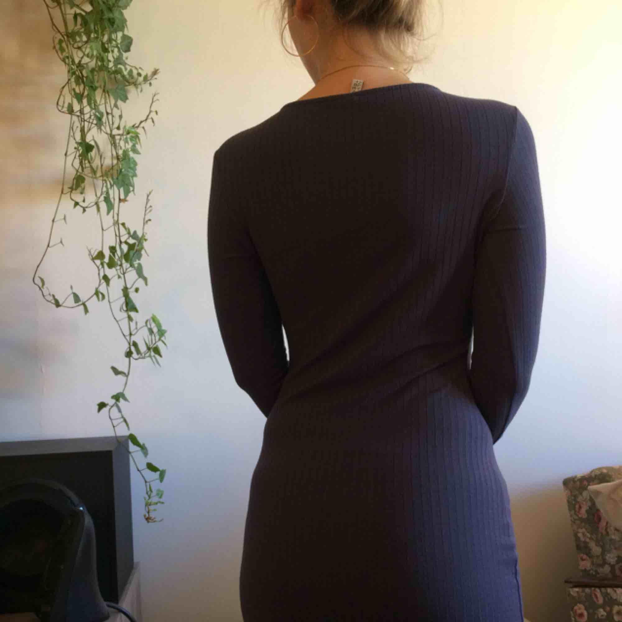 Knälång grå klänning i mjukt material. Den sitter tight och har bra stretch. Passar både till vardag och fest. FRAKT INGÅR I PRISET!. Klänningar.