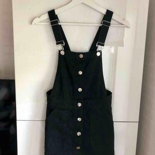 Svart jeans klänning med silvriga knappar. Super fin med en t-shirt under!  120 kr + frakt. 🌸