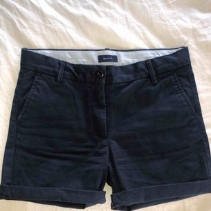 Gant chino-shorts, marinblå/mörkblå, använda ca 3 gånger, postar gjärna men köparen står för frakt