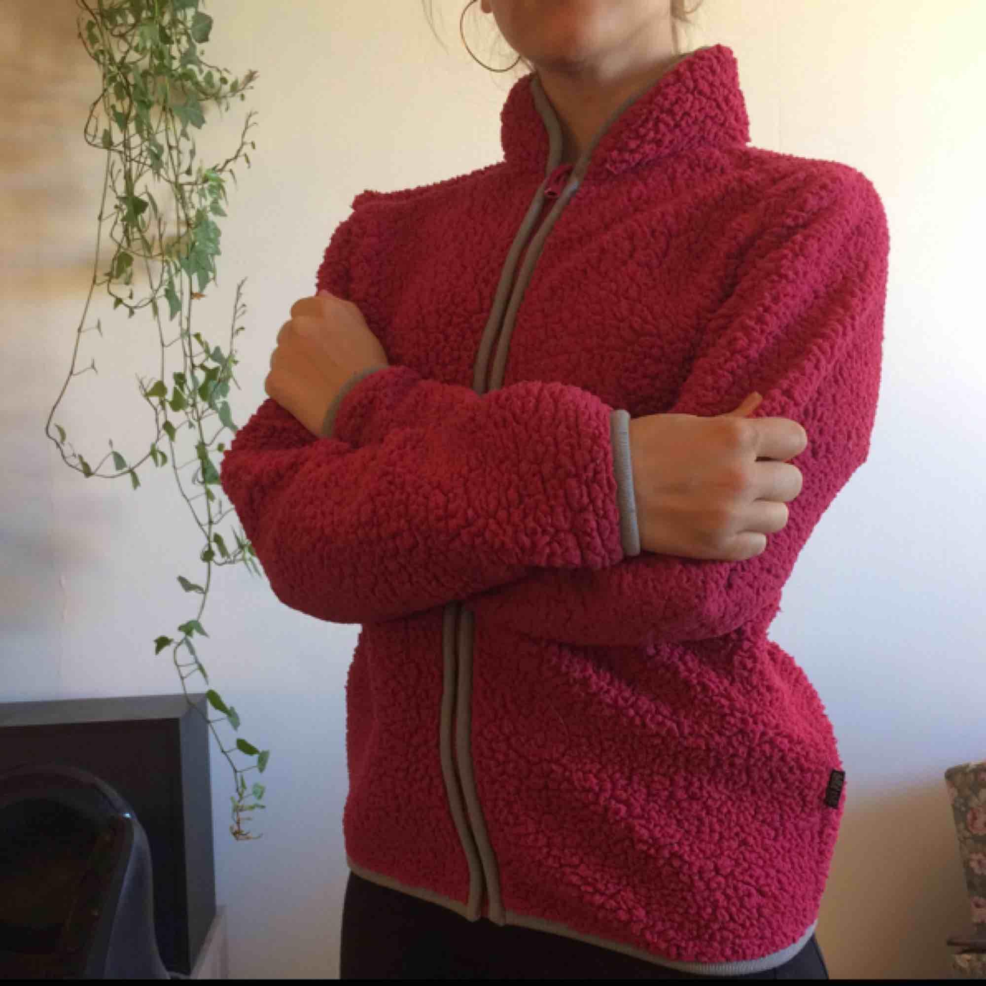 Skön fleece, väl använd. Ingen luva. Frakt ingår i priset!. Huvtröjor & Träningströjor.