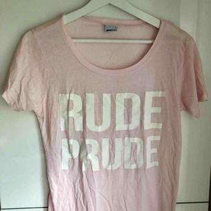 Ljusrosa t-shirt med vitt tryck. 25 kr + frakt. 🌸 Plagget tvättas & stryks innan försäljning. ✨